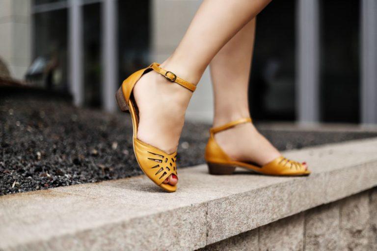 נעל עקב שטוח בצבע חרדל